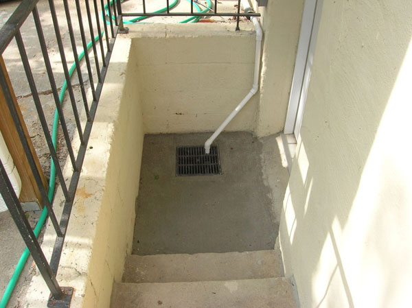 Stairwell drain w/ optional sump pump